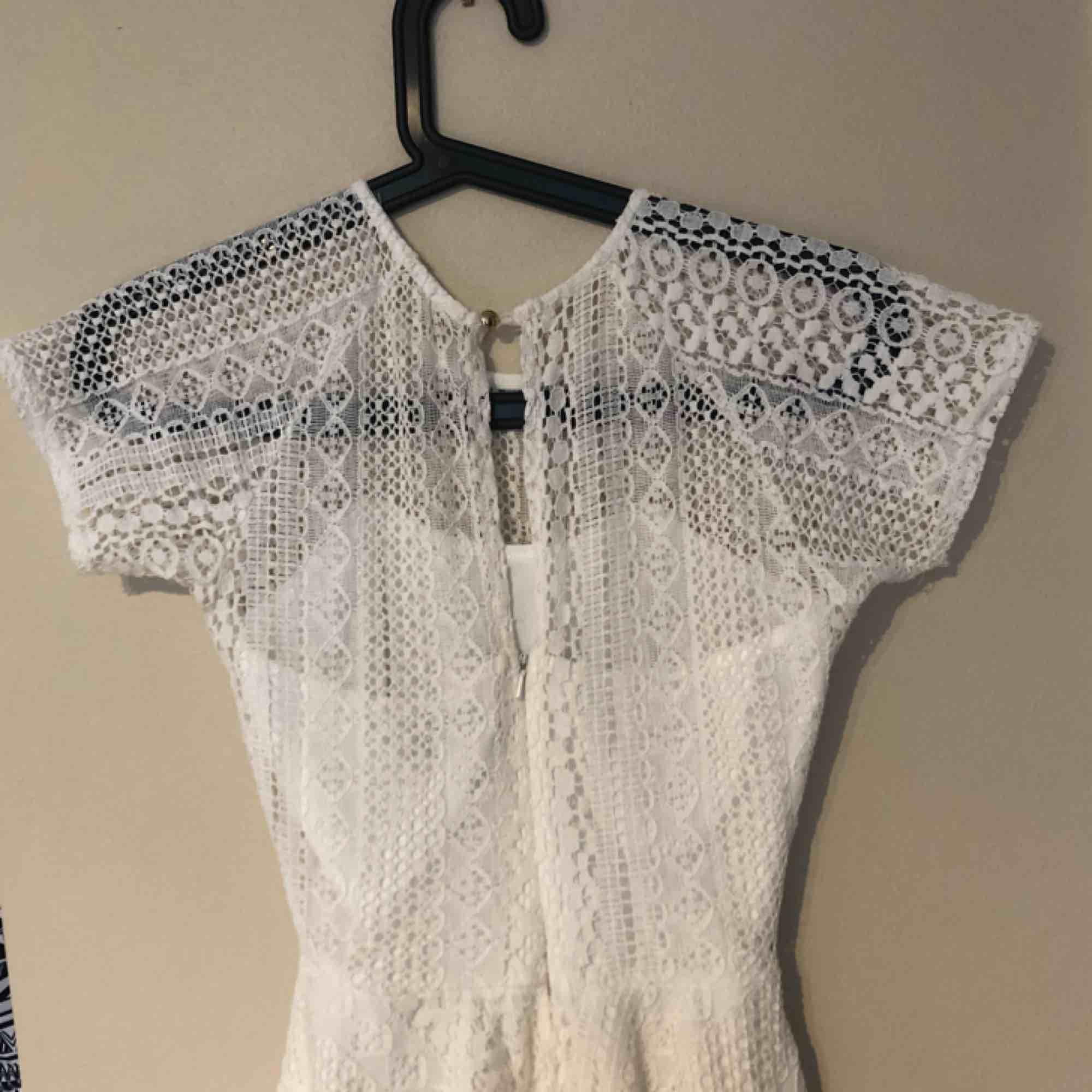 ASSNYGG klänning från Dry Lake perfekt t sommaren (eller studenten ;);) ) grät nästan när den va för liten för mig :( den har en halvöppen rygg som man ser på bild två! Köparen betalat frakt. Klänningar.