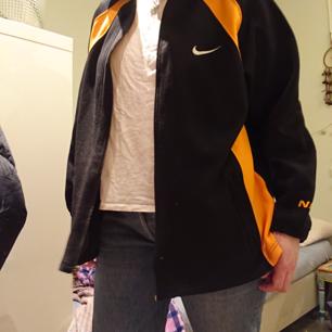 En vintage retro supersnygg nike-hoodie i svart och orange färg. Dragkedja framtill. I fint skick!