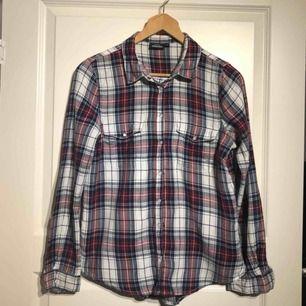 Rutig skjorta från Kappahl. Stl S men passar M! Använt men fint skick! *Möts upp i Sandviken eller postas mot fraktkostnad (20kr)