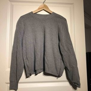 Långärmad tröja från H&M med silverkedjor på sidorna. Stl S men passar M! Använd fåtal gånger. *Möts upp i Sandviken eller postas mot fraktkostnad (40kr).