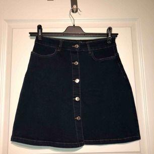 Mörkblå jeanskjol från Vero Moda stl S. Aldrig använd pga känner mig inte bekväm i den. Nypris: 249kr *Möts upp i Sandviken eller postas mot fraktkostnad (40kr).