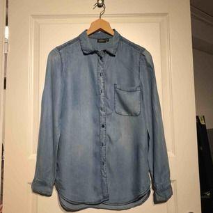 Jeansskjorta med bröstficka. Från Kappahl, stl 32/34 men passar 38/40 (av någon anledning😅). Använd men fint skick! *Möts upp i Sandviken eller postas mot fraktkostnad (20kr).