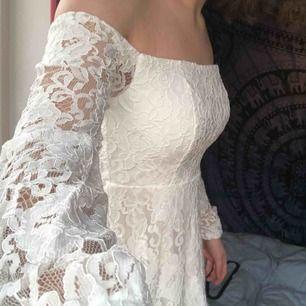 Jättesöt vit klänning från Nelly med spets över hela. Aldrig använd!! Perf till studenten eller bara sommarn i allmänhet ;) Köparen betalar frakt <3