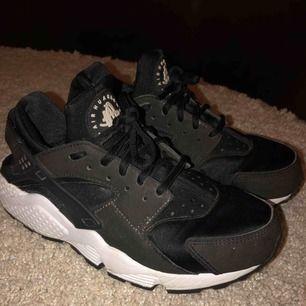 Svarta Nike huarache i storlek 38 men är små i storleken (är som en 37). Ganska oanvända och köpta för 1400kr. Köparen står för frakt men kan möjligtvis mötas upp runt tc.