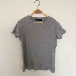 Skön basic t-shirt från Bikbok i stl XS. Lite kortare modell. Frakt 39 kr.