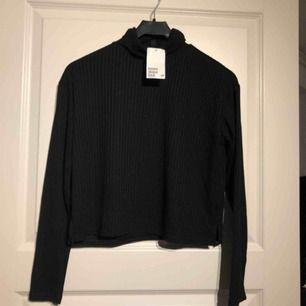 Helt ny polo/turtle neck-tröja från H&M.  Stl S, prislapp finns kvar. *Möts i Sandviken eller postar mott fraktkostnad (20kr).