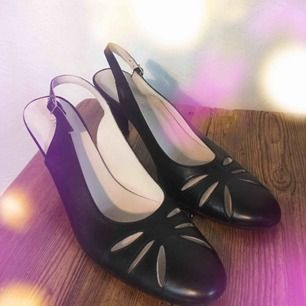 Don Donna retro skor i Storlek 37, är lite stora för mig och fungerar säkert på en 37.5.  Sköna dansskor som fått hänga med ut ett par gånger. Är använd ett fåtal gånger. Passar bra till 50-tals tema fasten, på jobbet eller på begravning.