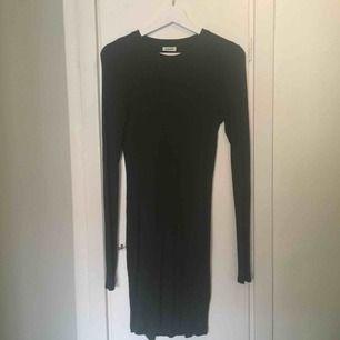 En fin, skön weekday klänning i mörkgrön färg. Använd några enstaka gånger. Säljer pga aldrig använder. Storlek small.