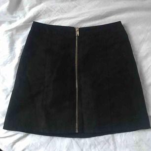 Jättefin kjol, säljer pga passar inte mig tyvärr. Frakt på 39 kr tillkommer 💞