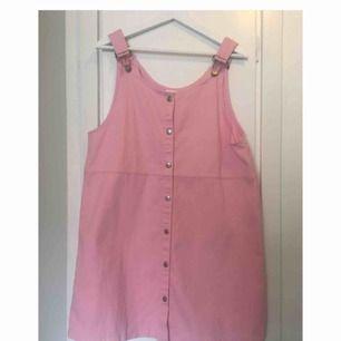 Ny, fin hängselklänning från Monki. Aldrig använd. Storlek: M
