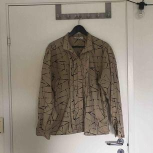 Cool och unik blus köpt på beyond retro, passar alla storlekar skulle jag säga
