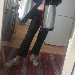 Kritstrecksrandiga dressade byxor från Zara i stl S. Snygga slitsar längst ner och längre bak än fram, lätt utsvängda så set blir lite kick flare modell. Frakt 55 kr.