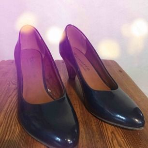 Skor fina på jobbfesten, det långa studentminglet eller på ett bröllop. Tamaris har en mjuk sula vilket gör dessa skor mer bekväma än andra. Hög kvalitet och tidlös design. Mörkblå lackskor använda ett fåtal gånger.