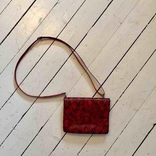 Väska i rött ormskinnsmönster från Monki ⚡️ frakt tillkommer annars möts jag gärna i Göteborg!