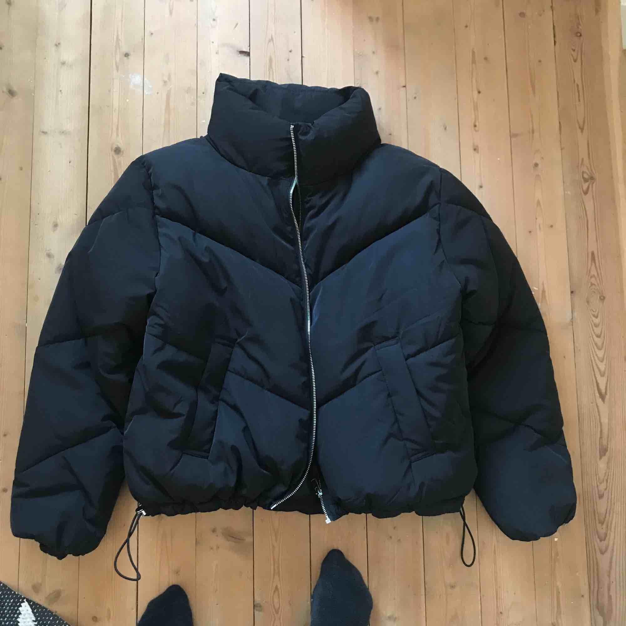 """Snygg svart """"puffer jacket"""" från H&M! oanvänd endast testad. Jackor."""