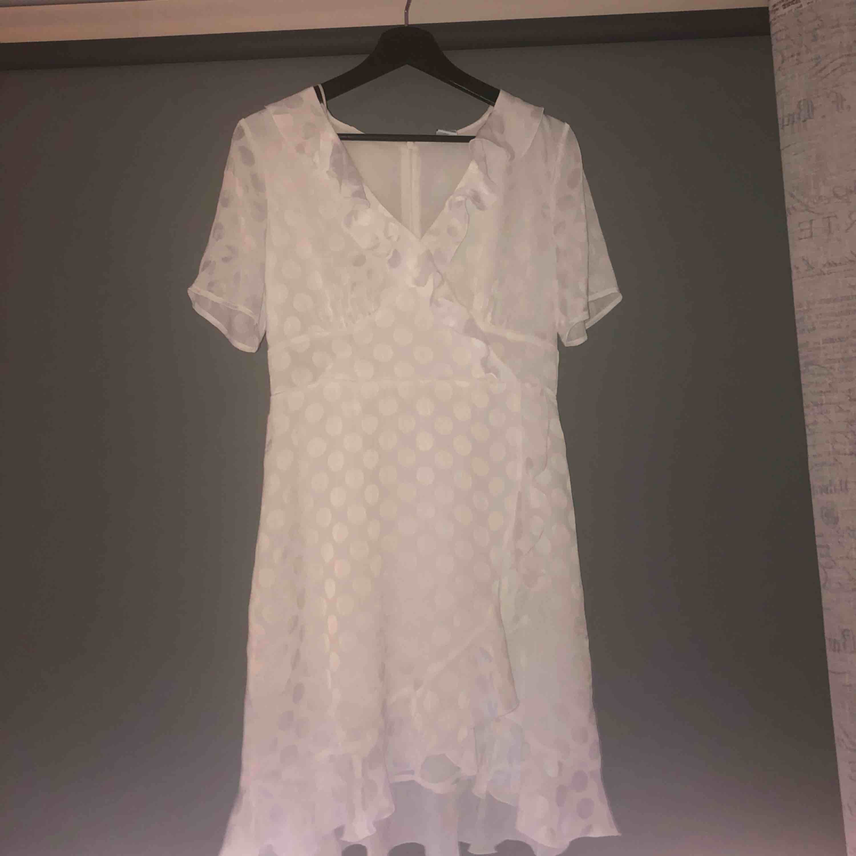 d576eeee1164 Superfin vit sommar/studentklänning från Vero Moda. Endast använd en gång  så i mycket