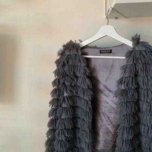 """supersöt """"jacka"""" från Fashion Nova. Den är väldigt tunn så den passar nog bäst på våren eller en lite kyligare sommardag. Går både att styla upp och klä ner."""