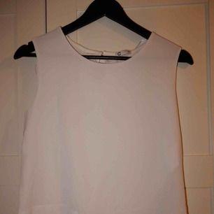 Ett vitt lite finare linne i storlek M, nästan aldrig använd. Bara att fråga om du vill se den på !