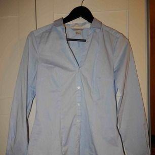 En skjorta från HM, endast använd en gång, storlek 36. Bara att fråga om du vill se den på !