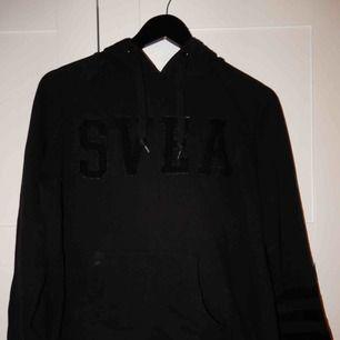 En svart hoodie från Svea, använd men i bra skick, storlek S. Bara att fråga om du vill se den på !