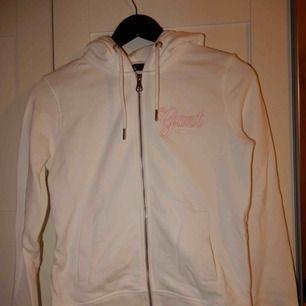 En vit hoodie från Gant, helt oanvänd, storlek XS. Bara att fråga om du vill se den på !