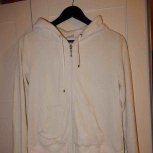 En vit velour hoodie från Cubus, använd men i bra skick, storlek M. Bara att fråga om du vill se den på !