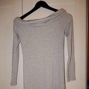 En off shoulder från Gina tricot, endast använd fåtal gånger, storlek S. Bara att fråga om du vill se den på !