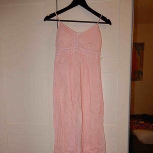 En rosa långklänning, helt oanvänd, storlek L. Bara att fråga om du vill se den på !