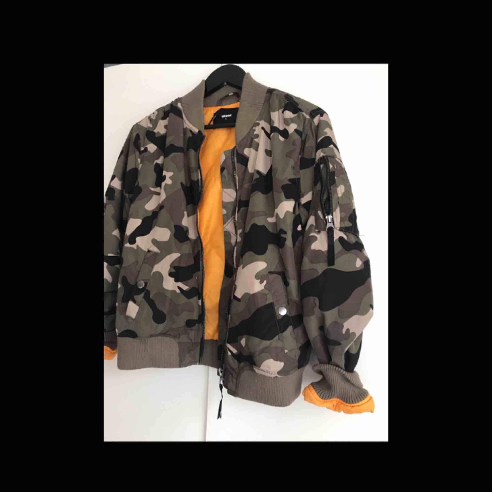 Super cool bomber jacka som är perfekt nu till våren! Insidan är orange och det finns ficka på armen. Nypris: 399 kr. Jackor.
