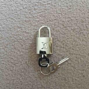 LV lås (kopia) säljes! Kan användas som halsband! FRI FRAKT
