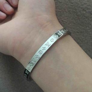 Väldigt unik Cartier liknande armband med LV tryck! FRI FRAKT