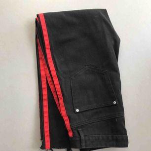 Svarta highwaist jeans med röda ränder, strl 38  Kan mötas upp i Stockholm!