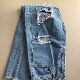 Slitna jeans, strl 38  En hylsa är trasig, ingen på påverkan på passform