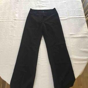 Svarta eleganta kavaj/kostym byxor från HM. Använda ett fåtal gånger så i nyskick.