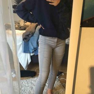 Väldigt bekväma jeans. Gråa med dragkedjor på sidorna längst ner. Mid-rise. Gråa och slim fit.☺️