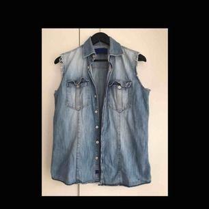 Jeans skjorta utan armar, den är thriftad för 80 kr.