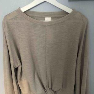 Helt oanvänd tröja från HM som knyts längst ner, köparen står för frakt!