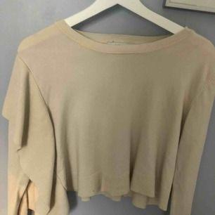 Jättefin vit tröja från Zara. Väldigt liten i storleken så passar mig som är XS. Köparen står för frakt 💓