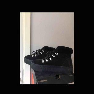 Coola skor köpta för 399 kr, använda max 2 eller 3 gånger så dem är i nyskick.