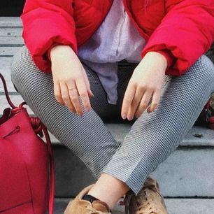 Svart och vit mönstrade byxor från Zara de passar xs/s, tajt modell sitter som en smäck över lår och rumpa. Gullig detalj vid fickorna. Kan mötas i Örebro annars frakt🌞