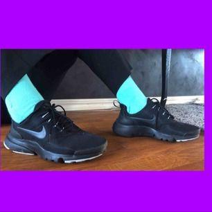 FRI FRAKT! Såå snygga Nike skor som passar perfekt nu till våren och sommaren. De är lite små i storleken som Nike skor oftast är. Det kan finnas lite småfläckar men jag kan tvätta skorna innan jag skickar dem om det önskas.💓