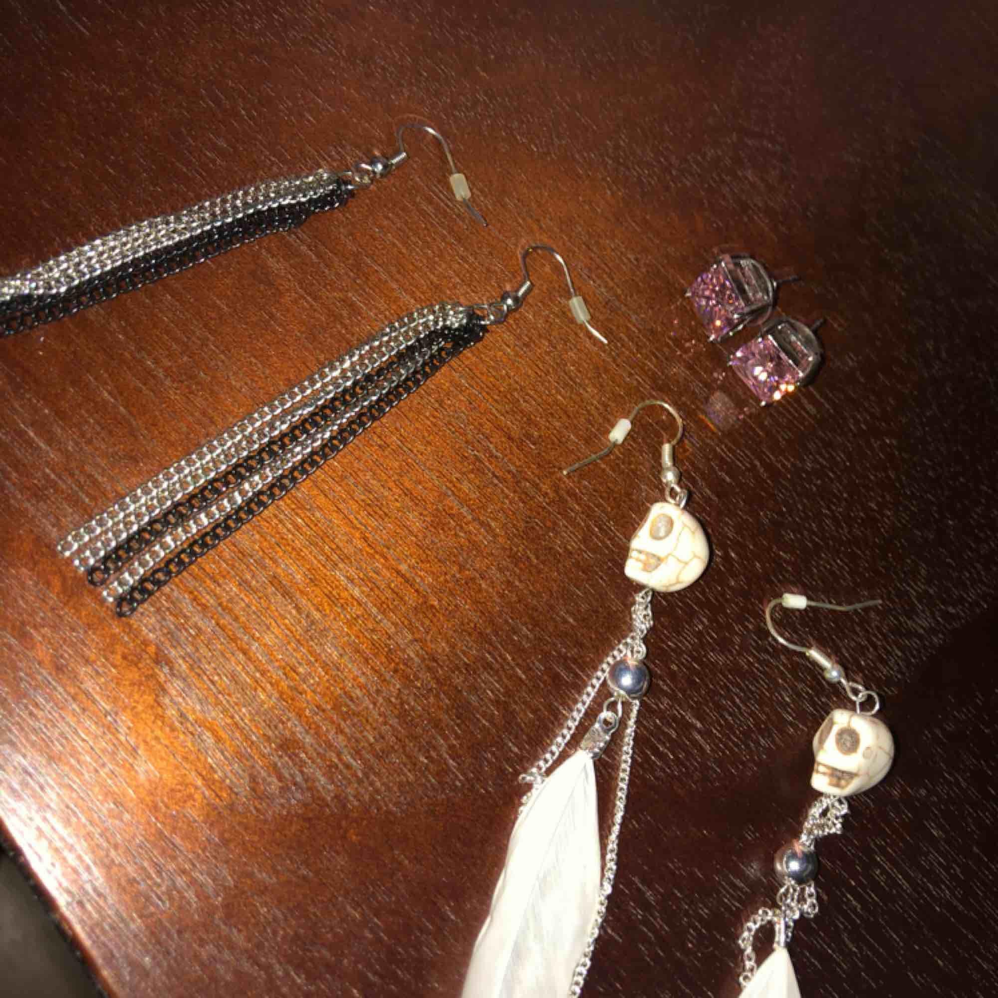 Olika örhängen, kan köpas separat.  10 kr/st Köparen står för frakten✨ jag står inte för postens slarv.. Accessoarer.