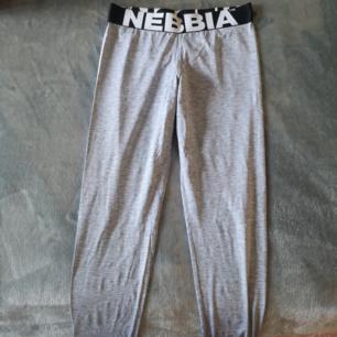 Nebbia tights, sparsamt använda.. Se bild 2, sömmen har gått upp vid   bandet, men inget som stör funktionen..