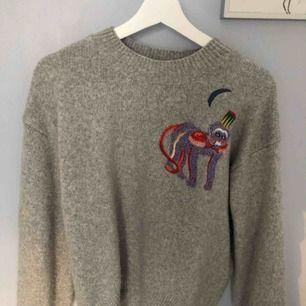 Jättefin stickad tröja med en apa på från HM. Passar xs-m, köparen står för frakt!