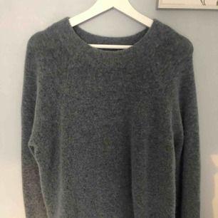 Jättefin stickad tröja från Samsoe Samsoe, helt ny! Färgen är grå/duvblå. Köparen står för frakt! 💓