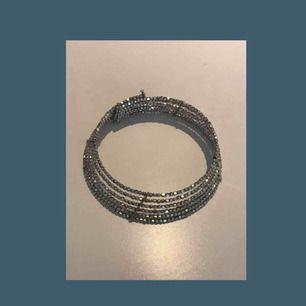 Supercoolt halsband från h&m