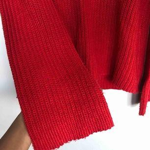 Röd stickad med utsvängda armar passar s/m ganska stor i storleken. 🥰🥰