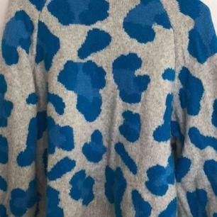 Jättefin tröja med leomönster från HM, köparen står för frakt 💓