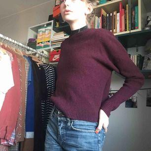 Skit snygg vinröd stickad tröja från Filippa k.  I väldigt fint skick. Säljer då den inte längre används. Kan mötas upp i Stockholm, annars tillkommer frakt:)