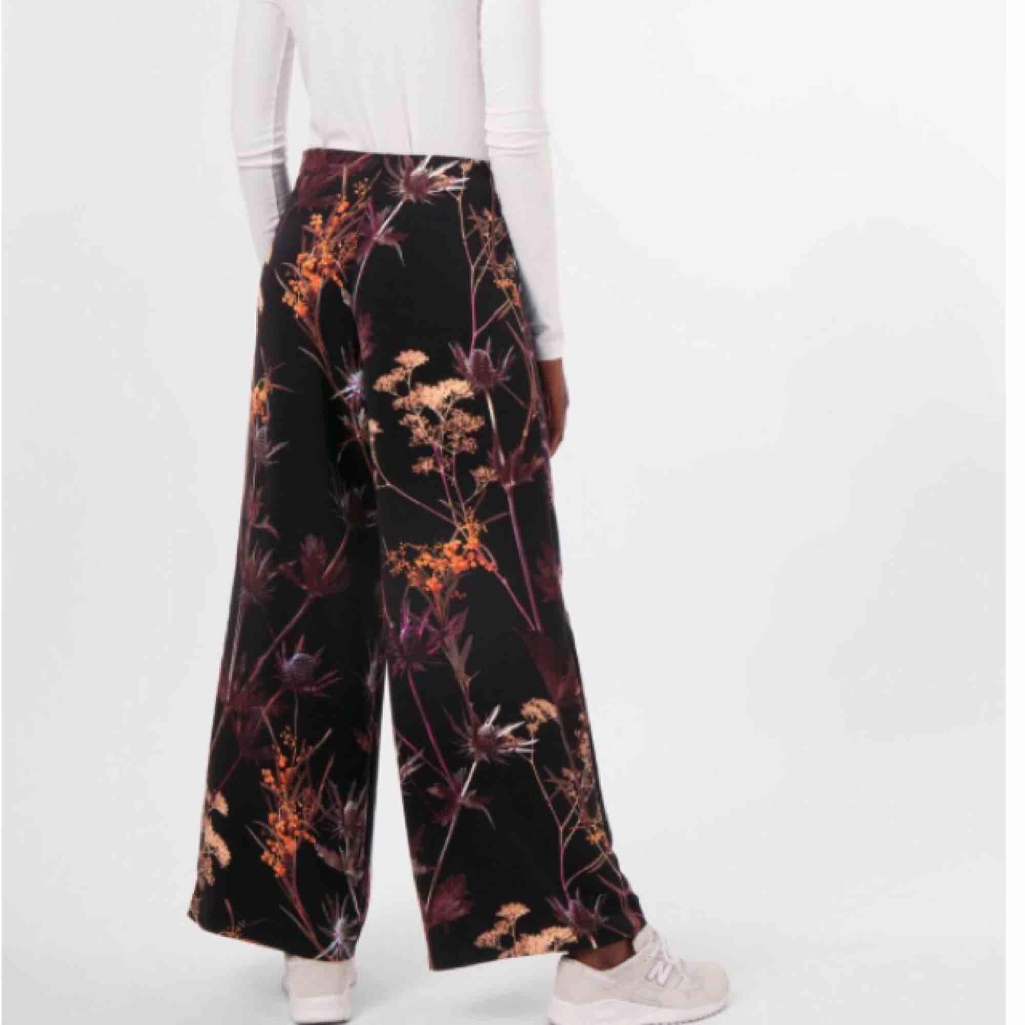 Vida byxor med hög midja från Weekday. Storlek 34, knappt använda 🤗 Köparen står för ev fraktkostnad. ❤️. Jeans & Byxor.